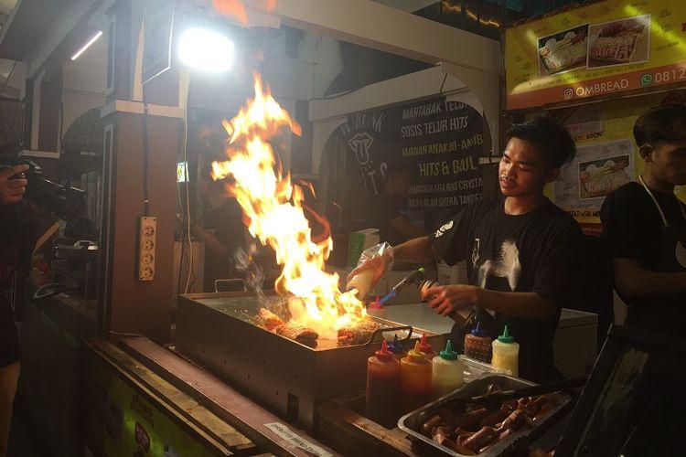 Salahsatu stan di Jakarta Street Food Festival sedang memasak pesanan pembeli, Jumat (09/11/2018).