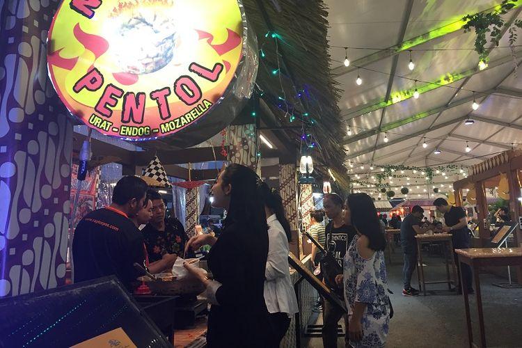 Beberapa pembeli tampak memilih makanan yang hendak di cicippi di stan makanan Jakarta Street Food Festival di La Piazza, Summarecon Kelapa Gading, Jumat (09/11/2018).