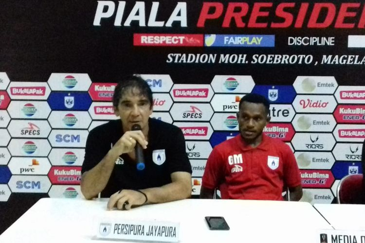 Pelatih Persipura Jayapura, Luciano Leandro, dalam jumpa pers setelah laga pamungkas babak penyisihan Grup C Piala Presiden 2019 melawan Kalteng Putra di Stadion Moch Soebroto, Sabtu (16/3/2019).