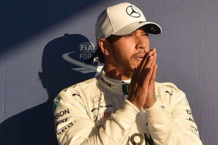 Pebalap Mercedes asal Inggris, Lewis Hamilton, meraih start terdepan seusai menjadi yang tercepat pada sesi kualifikasi pada GP Australia di Sirkuit Albert Park, 16 Maret 2019.