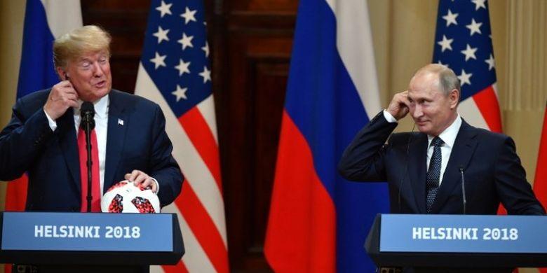 Presiden Amerika Serikat Donald Trump dan Presiden Rusia Vladimir Putin tersenyum ketika menghadiri konferensi pers bersama usai pertemuan di Istana Presiden di Helsinki, Finlandia, Senin (16/7/2018).