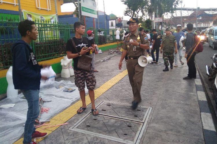 Para PKL musiman mulai padati Jalan Bekasi 1 di malam takbiran, Kamis (14/6/2018)