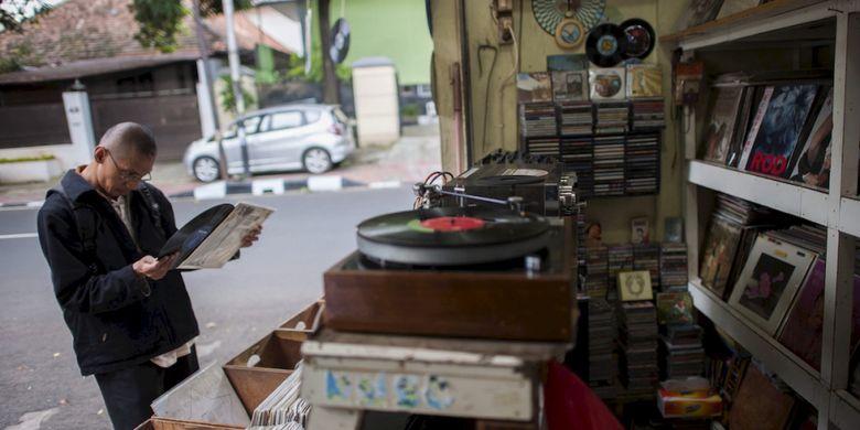 Beragam piringan hitam (vinil) dari artis lokal dan mancanegara dijual di Jalan Surabaya, Jakarta Pusat, Rabu (15/3/2017). Tempat ini menjadi salah satu pusat penjualan piringan hitam di Jakarta.