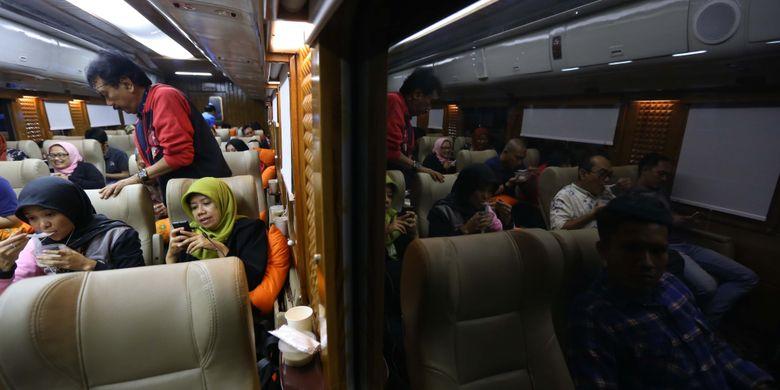 Suasana di dalam gerbong kereta api wisata priority saat perjalanan dari Jakarta menuju Yogyakarta, Jumat (4/8/2017). Kereta wisata kelas priority ini memiliki fasilitas antara lain Audio Visual On Demain (AVOD) di setiap kursi penumpang, Mini Bar, TV 52 Inch, Crew Khusus, Toilet Khusus dan Kursi yang lebih nyaman dari kelas eksekutif. Harga tiket mulai dari Rp 750.000 sudah termasuk jasa restorasi 1x makan dan minum.