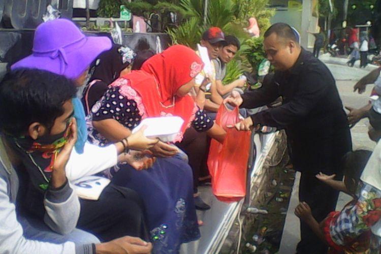 Pengungsi Rohingya di Makassar berdemonstrasi di depan Menara Bosowa  dan mendapat makanan dus dari orang-orang Makassar yang simpatik, Rabu (26/7/2017).