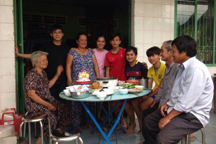 Hau (kedua dari kiri) berasal dari Provinsi Dong Thap, dimana orangtuanya tinggal.