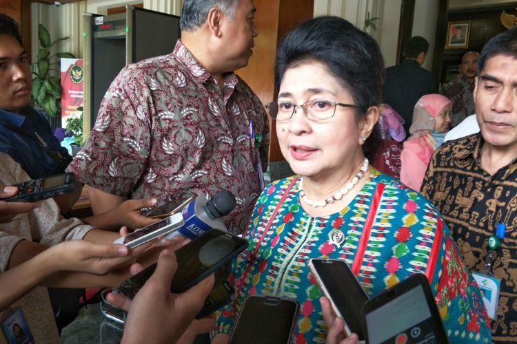 Menteri Kesehatan Nila F. Moeloek seusai rapat koordinasi terkait penanganan penyakit difteri di Kemenko Polhukam, Jakarta Pusat, Selasa (19/12/2017).