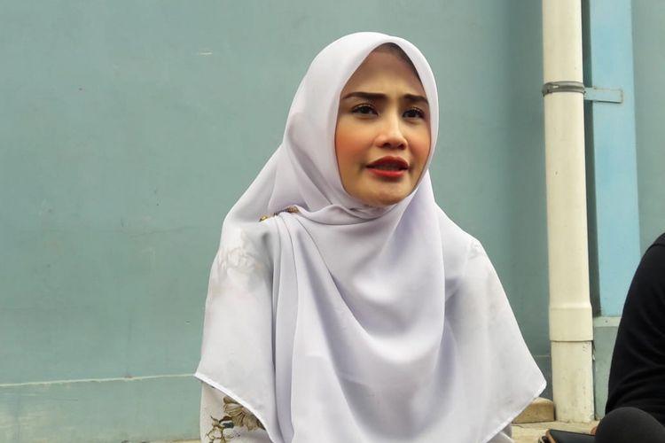 Istri dari presenter Mandala Shoji, Deanova Safriana saat ditemui usai tampil di salah satu acara stasiun televisi swasta di kawasan Mampang, Jakarta Selatan, Senin (18/2/2019).