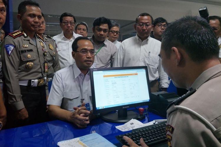 Menteri Perhubungan Republik Indonesia, Budi Karya Samadi saat menyambangi Satuan Penyelenggara Administrasi (Satpas) SIM Daan Mogot, Jakarta Barat, Sabtu (11/11/2017).