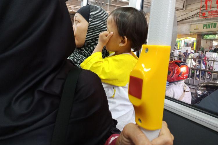tombol darurat atau tombol stop di armada bus Transjakarta Tanah Abang Explorer untuk berwisata belanja, Rabu (11/4/2018).