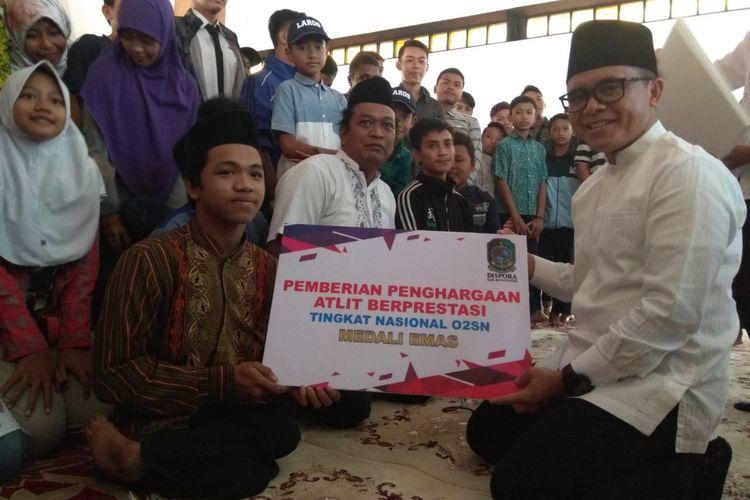 Anam saat mendapatkan reward dari Bupati Banyuwangi Abdullah Azwar Anas di Pendopo Shaba Swagata Blambangan, Rabu (6/6/2018).