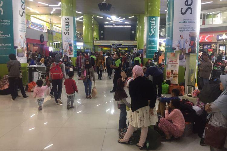 Keramaian penumpang di Stasiun Gambir, Jakarta Pusat sudah mulai terlihat, Jumat (8/6/2018).  Sejumlah tempat duduk di ruang tunggu tampak penuh sehingga membuat penumpang lainnya harus berlesehan di lantai. Kondisi serupa juga terlihat saat Kompas.com mendatangi  Stasiun Gambir, Kamis (7/6/2018) malam.