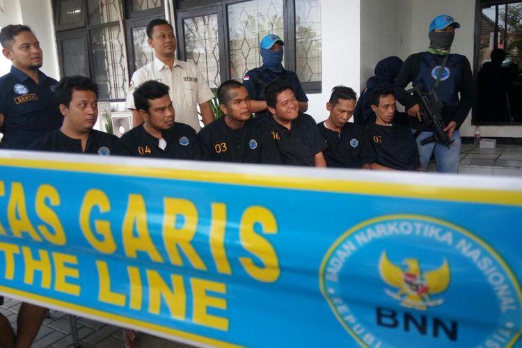 Sejumlah tersangka peredaran narkotika saat dihadirkan di kantor BNN Provinsi Jawa Tengah, Jumat (21/9/2018)