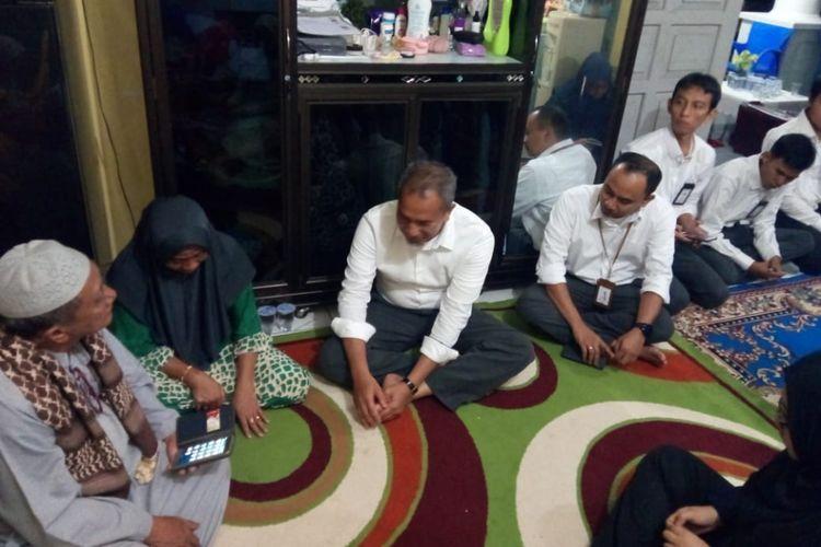 Jajaran manajemen PLN Bangka Belitung saat kunjungan ke rumah pegawai PLN korban jatuhnya pesawat Lion Air JT 610, Rizal Gilang, Senin (29/10/2018).