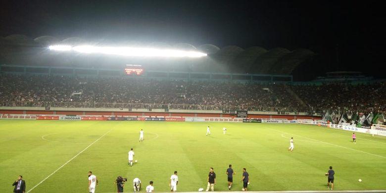 Pemain PSS Sleman dan Arema FC kembali memasuki lapangan pertandingan setelah sempat terjadi kericuhan di salah satu tribun penonton di Stadion Maguwoharjo, Yogyakarta, Rabu (15/5/2019).