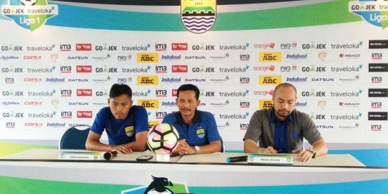 Pelatih Persib Djadjang Nurdjaman saat diwawancarai di Graha Persib, Jalan Sulanaja, Selasa  (11/7/2017)