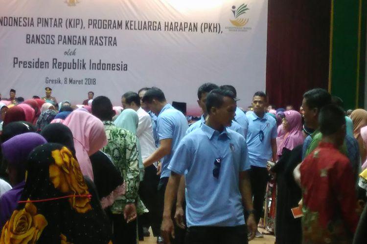 Presiden Jokowi saat menyalami sejumlah ibu-ibu penerima PKH yang hadir di GOR Tri Dharma, Gresik.