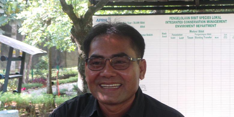 Mahyudin, mantan perncuri kayu yang jadi juragan perahu, saat diwawancara di tempat pembibitan Riau Andalan Pulp and Papper (RAPP), bagian dari APRIL, Rabu (13/9/2017). Lelah ditangkap, ia kemudian mendapat kesempatan menyewakan perahu-perahunya kepada RAPP.