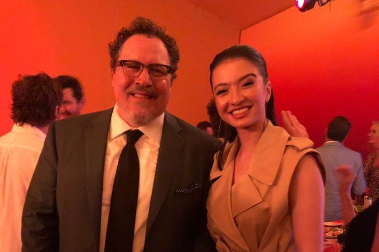 Raline Shah berfoto bersama sutradara Jon Favreau saat menghadiri World Premiere film The Lion King di Dolby Theatre, Hollywood & Highland, California pada 9 Juli 2019 malam.