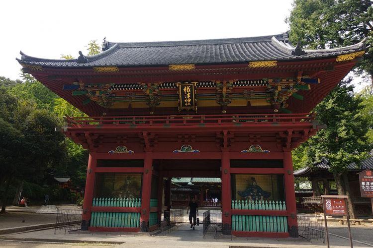 Nezu shrine yang terletak di Tokyo, Jepang ini  berada di sebuah komplek luas yang asri. Sebuah pemandangan sejuk dan tenang di tengah sibuknya kota Tokyo.  Kuil ini biasa digunakan penganut Shinto untuk beribadah atau untuk menyelenggarakan pernikahan.
