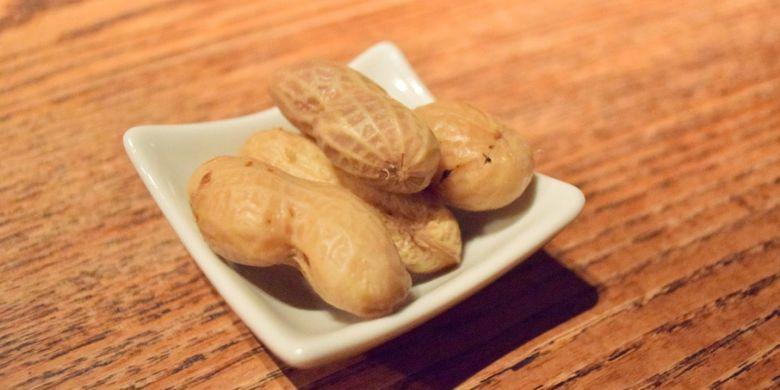 Kacang rebus, salah satu camilan yang cocok menemani minum