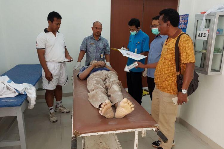 Jenasah Triswanto (45), warga Pudakpayung, Kecamatan Banyumanik, Semarang diperiksa di RSUD Purwodadi, Grobogan, Minggu (16/7/2017)