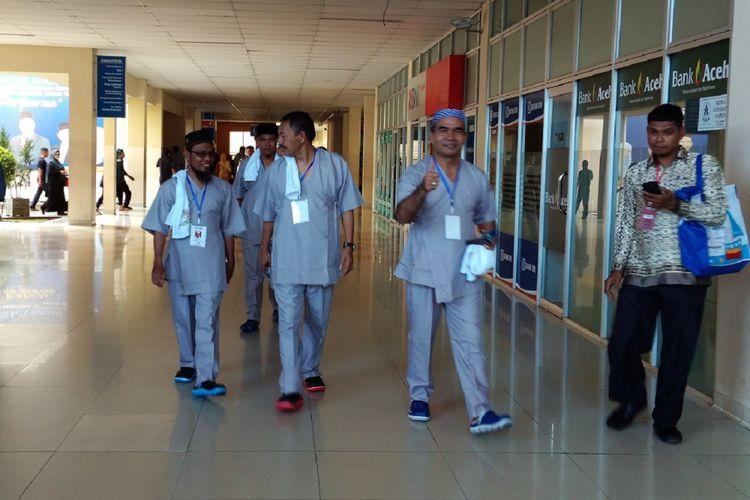 Bakal calon kepala dan wakil kepala daerah dari tiga kabupaten/kota di Aceh terlihat santai menjalani tes kesehatan sebagai syarat menjadi kontestan pada pilkada serentak 2018 di Rumah Sakit Umum Daerah Zainoel Abidin Banda Aceh.