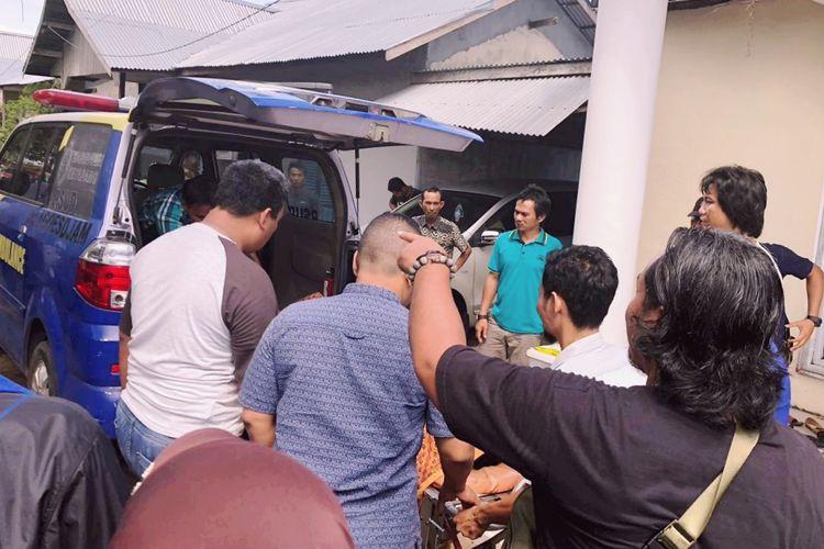 Jenazah Heni Darsita saat dibawa ke rumah sakit umum daerah (RSUD) Ketapang, Kalimantan Barat, Kamis (16/5/2019)