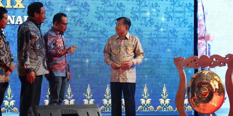 Menteri Ketenagakerjaan (Menaker) M. Hanif Dhakiri sedang berdiskusi dengan Wapres Jusuf Kalla ketika membuka Rakerkonas Apindo ke-29 di Kepulauan Riau, Selasa (2/4/2019).