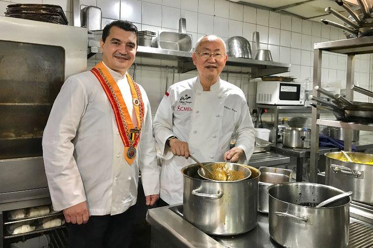 Chef William Wongso sedang menunjukkan kebolehannya memasak di Callens Café, Brussels, Belgia dalam bagian festival kuliner Indonesia.