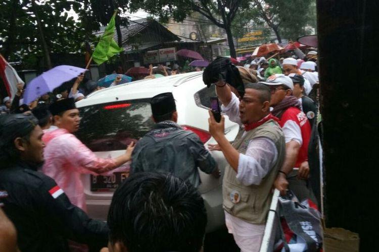 Buni Yani yang baru saja dijatuhi vonis 1,5 tahun penjara atas kasus pelanggaran UU ITE, Selasa (14/11/2017), mendatangi massa pendukungnya di depan Gedung Dinas Kearsipan dan Perpustakaan Kota Bandung, Jalan Seram, tempat sidang berlangsung.