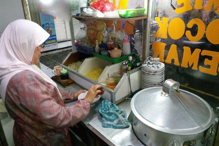 Mie Kocok Semar, salah satu warung mie kocok yang harus dikunjungi saat berkunjung ke Bandung. Ada tulang berisi sumsum dan bakso yang disajikan bersama mie kocok.