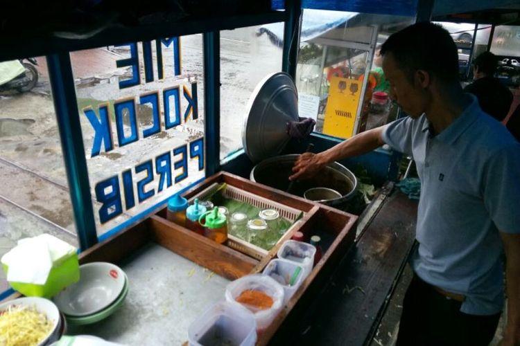 Mie Kocok Persib, salah satu mie legendaris di Kota Bandung, yang terletak di area parkir Stadion Persib, tepat di pintu gerbang masuk.