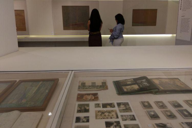 Pengunjung melihat pameran Friedrich Silaban di Galeri Nasional Indonesia.