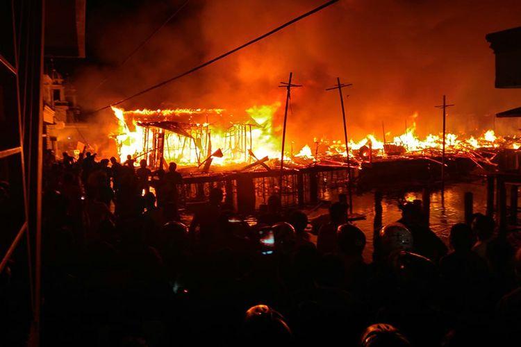 Puluhan rumah warga dan kos-kosan di Kelurahan Kampung Makassar Timur, Kota Ternate, Maluku Utara ludes terbakar, Kamis (19/4/2018) dini hari.