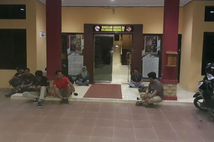 Sejumlah awak media menunggu kedatangan KPK dikabarkan melakukan OTT terhadap Bupati Bengkulu Selatan Dirwan Mahmud