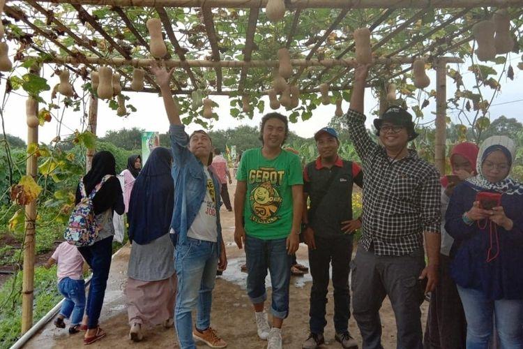 Pengunjung berpoto di gerbang buah labu
