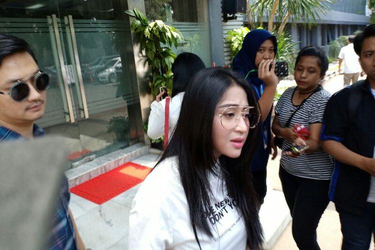 Pedangdut Dewi Perssik Penuhi Panggilan Pihak Kepolisian Terkait Laporan Pada Keponakannya Di Polda Metro Jaya