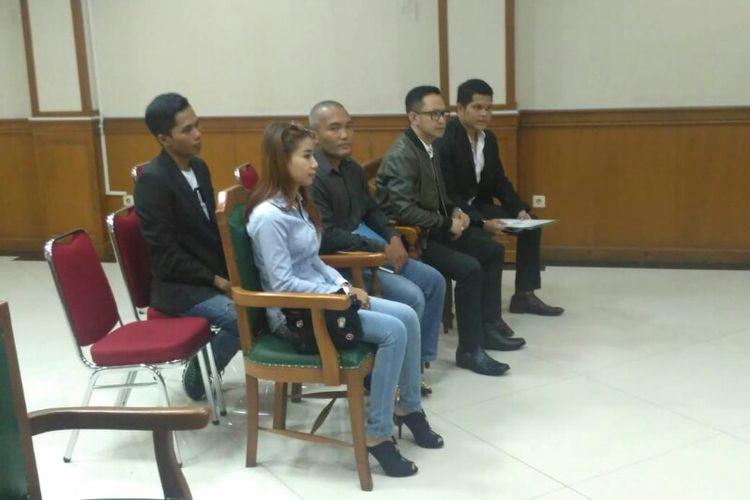 Adik Vicky Prasetyo, Bebi Gabriella, didampingi kuasa hukum Vicky menjadi saksi di sidang perceraian kakaknya dengan Angel Lelga di Pengadilan Agama Jakarta Selatan, Ragunan, Kamis (13/12/2018).