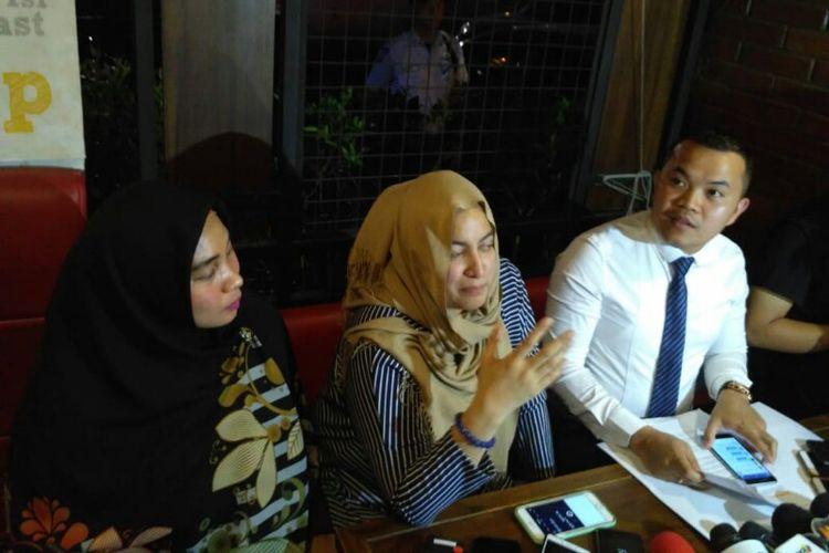 Kuasa hukum Vanessa Angel, M. Zakir Rasyidin (kanan) dan Jane Shalimar (tengah) memberikan keterangan dalam jumpa pers klarifikasi kabar penangkapan Vanessa di Kalibata City, Pancoran, Jakarta Selatan, Senin (7/1/2019).