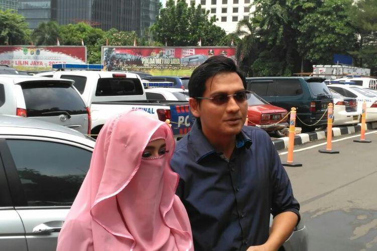 Artis peran Lucky Hakim dan Tiara Dewi mendatangi Polda Metro Jaya untuk melaporkan penipuan yang mereka alami di kawasan Semanggi, Jakarta Selatan, Rabu (9/1/2019).