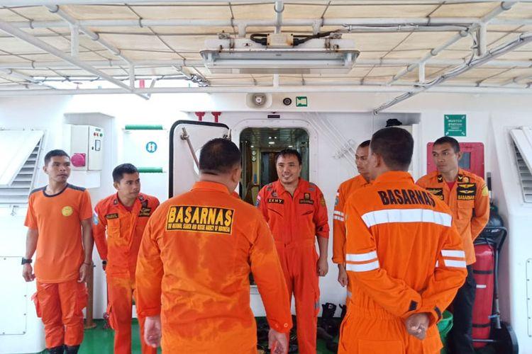 Tim Rescue Kansar Ternate, Maluku Utara berjumlah 15 personil bergerak menuju lokasi dengan menggunakan kapal KN. Pandudewanata, Minggu (27/01/2019)