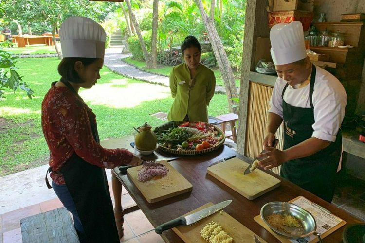 Kelas memasak makanan tradisional Bali di Plataran Canggu Resort & Spa.