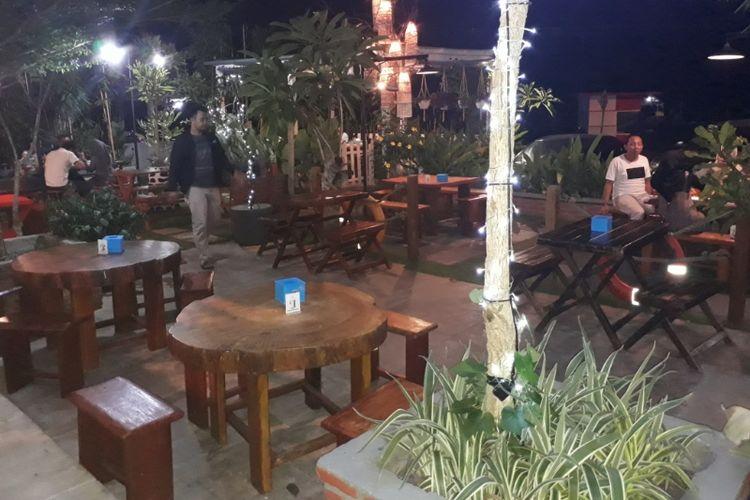 Suasana di luar Restoran Dapur Perahu