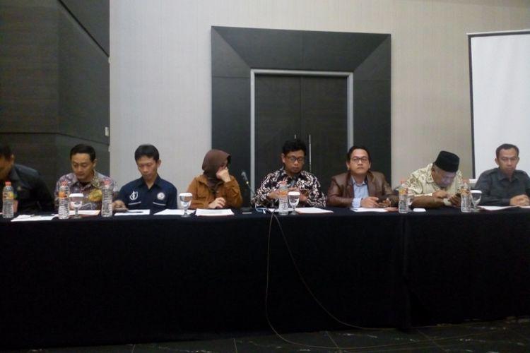 7 Komisioner Bawaslu Jawa Barat saat konferensi pers di Hotel Harmoni, Senin (18/3/2019) malam