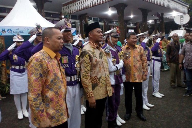 Mendiknas Muhajir Efendy didampingi Bupati Garut dan Kepala Dinas Pendidikan Garut melayani permintaan foto bersama kelompok marching band, dalam gebyar pendidikan dan kebudayaan di Pendopo Garut, Sabtu (23/3/2019)