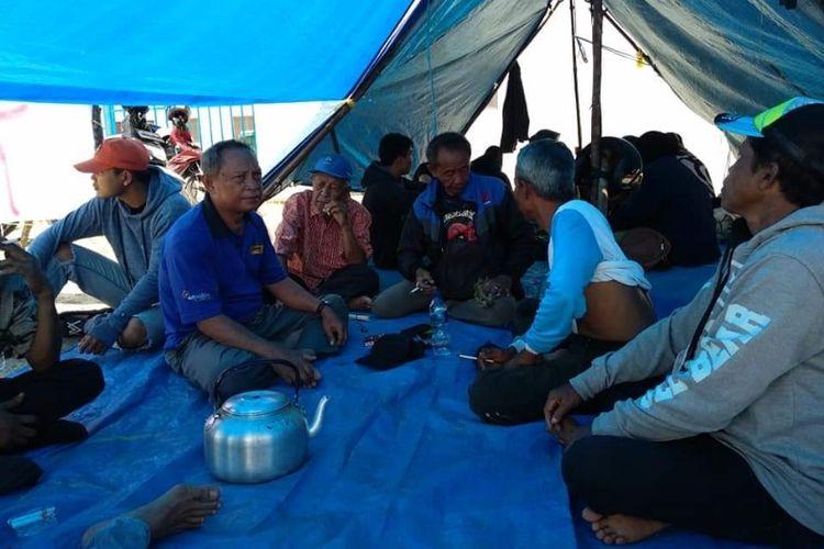 Aksi bermalam petani menuntut ganti rugi tanam tumbuh di gerbang PLTU Teluk Sepang, Kota Bengkulu.
