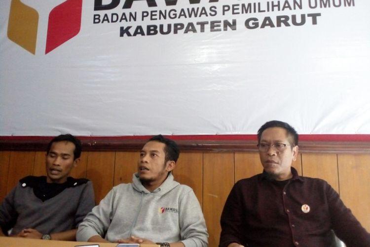 Komisioner Bawaslu Garut dari kiri ke kanan Kim Imron, Ahmad Nurul Syahid dan Asep Burhanuddin saat memberikan keterangan pers, Rabu (3/4/2019)