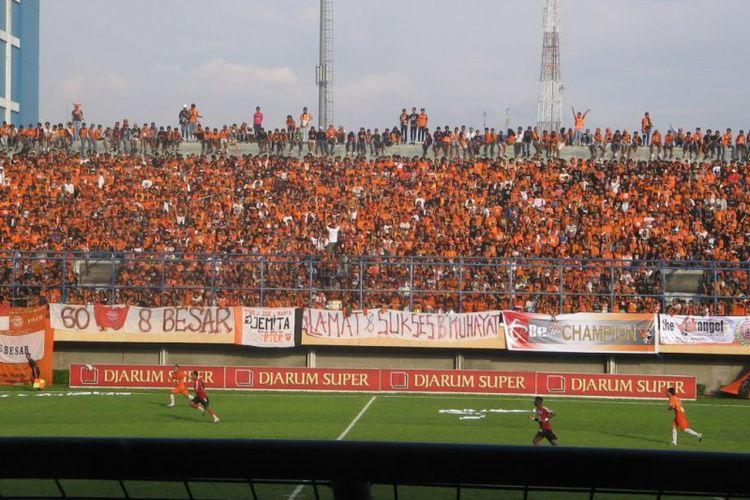 Suasana saat pertandingan Persija Jakarta di Stadion Lebak Bulus pada era Liga Indonesia sekitar tahun 2000-an.