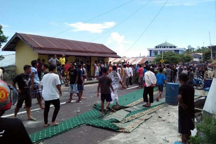Tersinggung, warga bersama jamaah masjid di Kelurahan Tomolou, Kota Tidore Kepulauan, Maluku Utara mengembalikan karpet bantuan caleg DPR RI Ahmah Hatari, Jumat (19/04/2019)